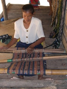 lena jami weaving a small selimut or a selendang, 3 bands of motif rudimu.