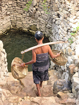 fetching water from well savu